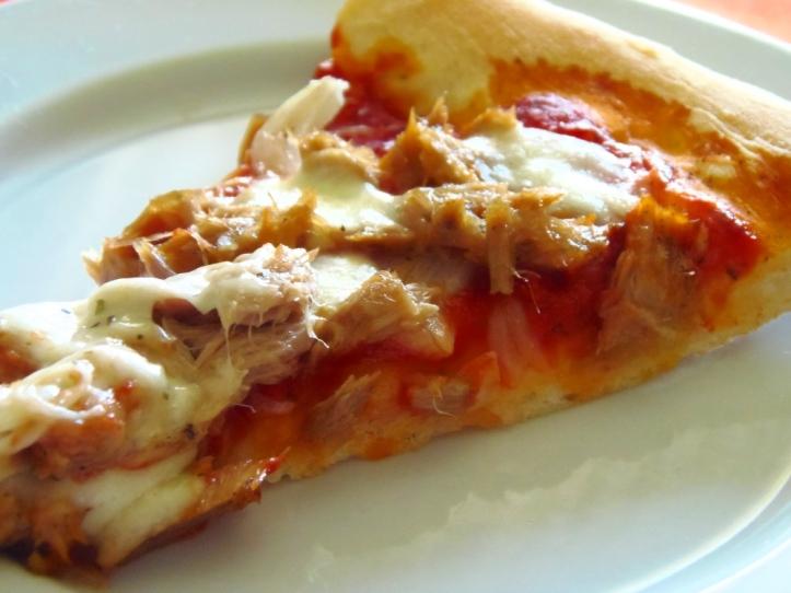 Pizza s tunjevinom i lukom